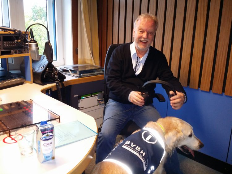 Hundetrainer Markus Beyer im Radiogespräch zum Thema Bürohund